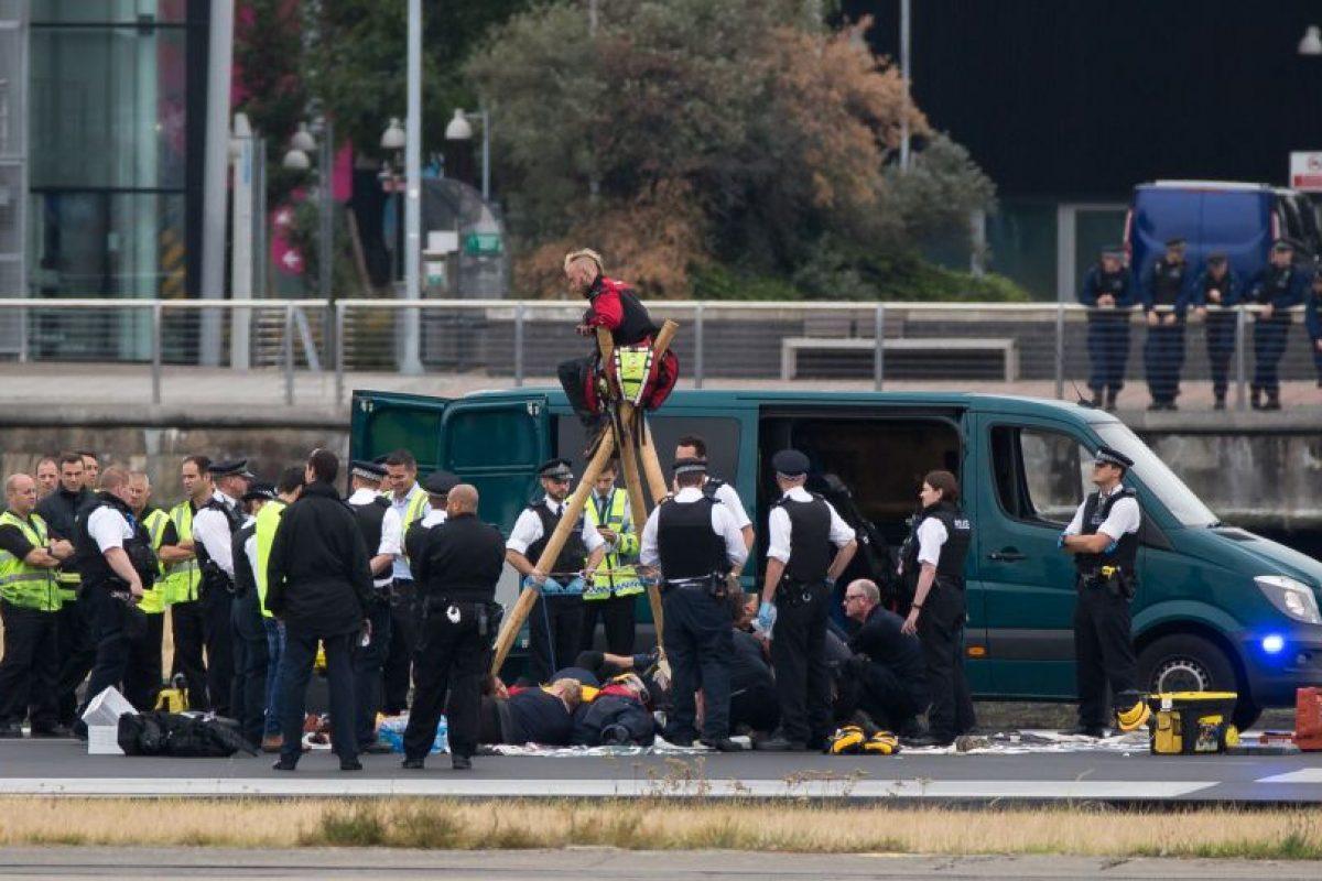 Los activistas se encadenaron impidiendo el despegue o aterrizaje de los aviones, lo que obligó a desviarlos. Foto:Afp. Imagen Por: