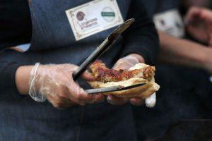 Revisa la lista donde se estará celebrando a este tradicional alimento de los amantes de la parrilla. Foto:Agencia UNO. Imagen Por: