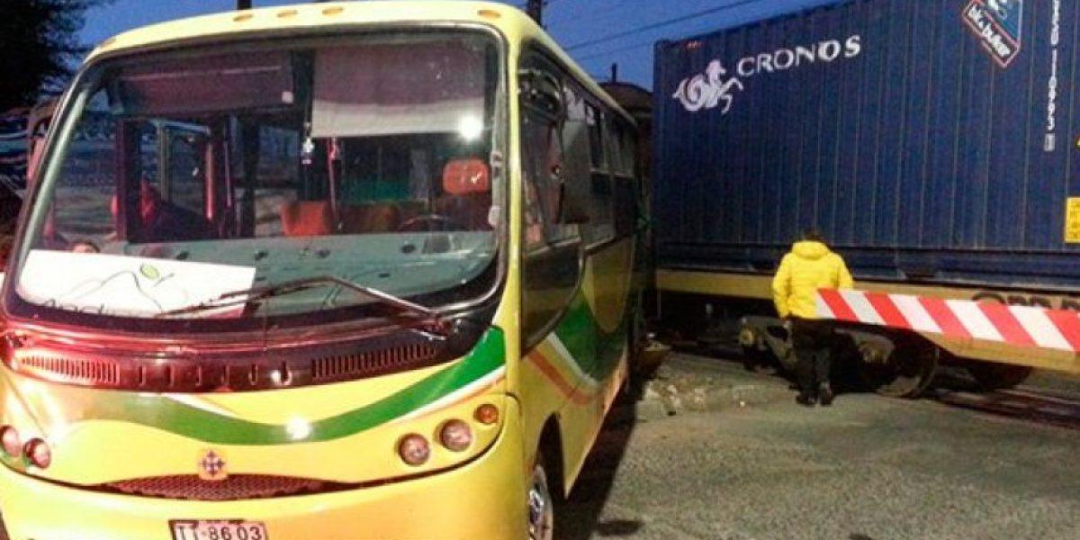 Choque entre tren de carga y microbús deja siete heridos en Curicó