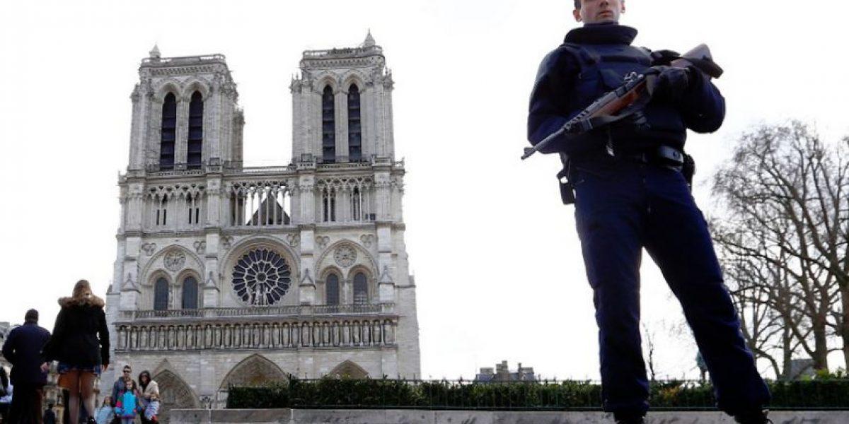 Policía francesa descubre auto cargado con balones de gas