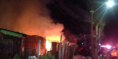 Violento incendio deja dos personas heridas y 15 damnificados en Renca