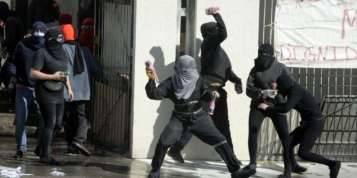 Testigo denuncia que encapuchados con bombas molotov serían alumnos del Liceo Barros Borgoño