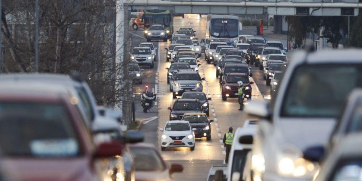 Taxistas bloquean acceso al aeropuerto de Santiago en protesta por