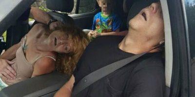Las perturbadoras imágenes de una pareja con sobredosis de heroína y que dejó a un niño solitario en un auto