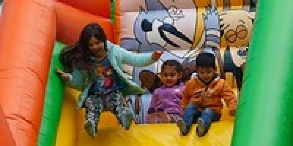 Formalizan a dueños de juegos inflables que lesionaron a niños en colegio de Pica