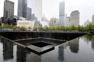 El Museo National Monumento del 11 de Septiembre se encuentrá más allá al norte del espejo de agua en la ciudad de Nueva York Foto:GETTY. Imagen Por: