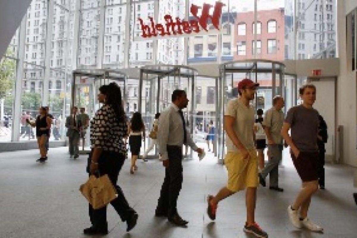 La gente llega en el World Trade Center durante la inauguración del centro comercial Westfield World Trade Center. Foto:GETTY. Imagen Por: