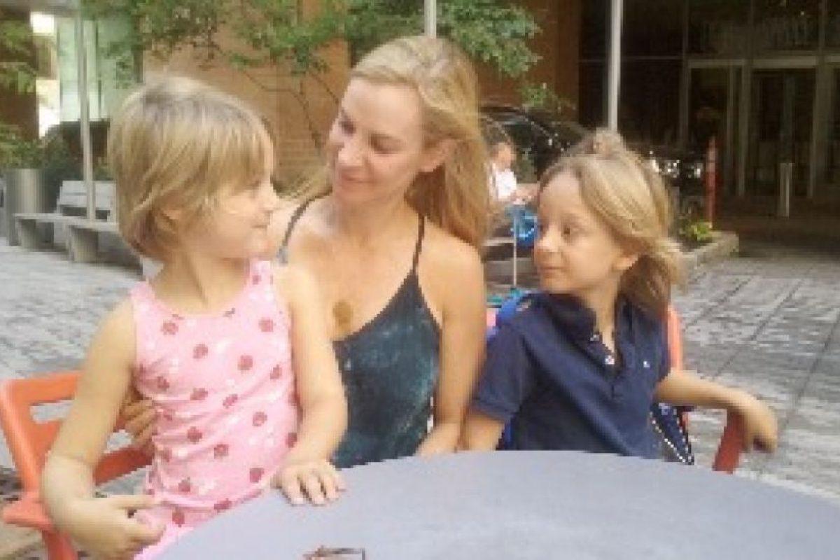Dina Anderson (centro), Alia, 6 (izquierda) y Niko, 7 (a la derecha). Ellos están sentados en el espacio público tipo parque que se construyó con la torre de Frank Gehry completado en 2011, en el que viven. Foto:LEN MANIACE. Imagen Por: