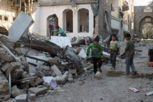 Niños juegan fútbol en las calles destruidas de Alepo. Foto:Efe. Imagen Por: