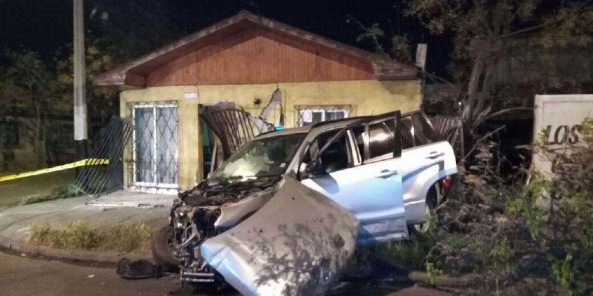 Conductora estrelló su vehículo contra el frontis de una casa en Lo Prado