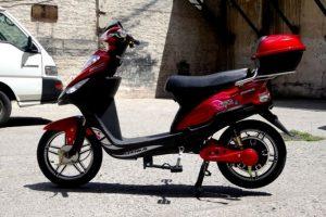 Actualmente existen modelos de bicicletas eléctricas que cuentan con pedales, pero su aspecto es idéntico a una moto scooter. Este modelo puede alcanzar hasta 35 km/hr. Foto:Bicicletas Yustavo. Imagen Por: