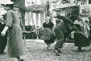 """Cueca en fonda del Parque Cousiño, actual Parque O""""Higgins de Santiago de Chile, año 1950. Foto:Reproducción Fotos Históricas de Chile. Imagen Por:"""