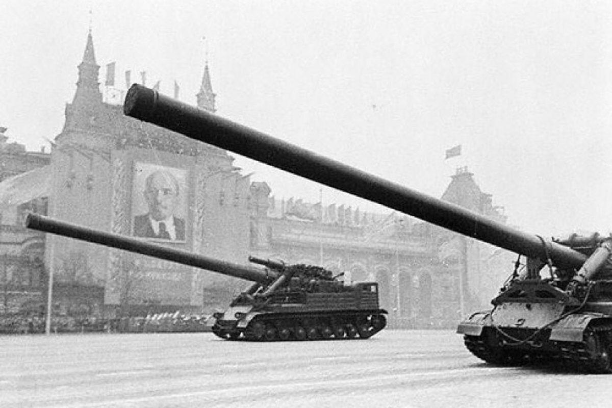Tanque nuclear soviético: el 2A3 Kondensator 2P es un gigante de la artillería pesada soviética que podía disparar artillería nuclear. En un principio occidente creyó que se trataba de maquetas, hasta que desfilaron en la Plaza Roja. Sólo se construyeron cuatro.. Imagen Por: