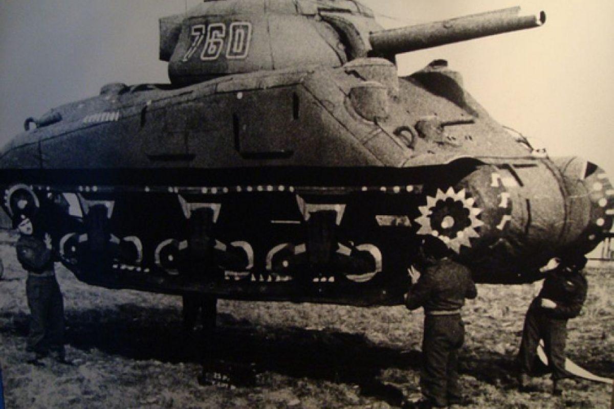 Los tanques inflables: fueron réplicas de los famosos tanques estadounidenses Sherman, componentes de una división ficticia liderada por el general George Patton, y destinada solo a engañar a Hitler los días previos al desembarco en Normandía.. Imagen Por: