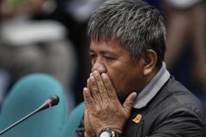Edgar Matobato, supuesto ex miembro de un escuadrón de la muerte compuesto por policías y militares, testifica ante una comisión de investigación sobre los asesinatos y ejecuciones de sospechosos en el Senado filipino en Pasay (Filipinas) Foto:EFE. Imagen Por: