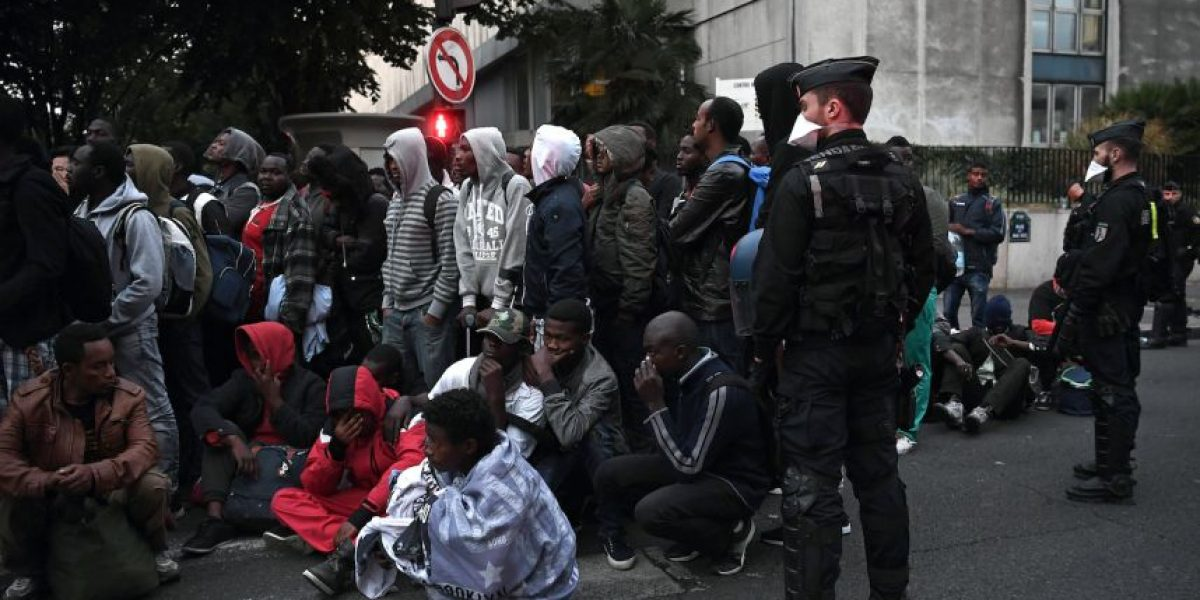 Evacúan un campamento con al menos 1.500 migrantes en el norte de París