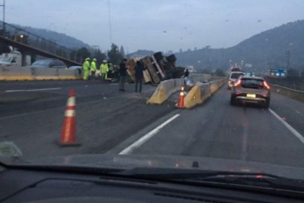 El conductor de la máquina resultó con lesiones leves. Carabineros trabaja en el sector para controlar el tránsito. Foto:Reproducción Twitter. Imagen Por: