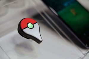 """El aparato, que cuesta en torno a unos 35 dólares -unos 24 mil pesos chilenos- se conecta al teléfono móvil a través de Bluetooth y, mediante una luz led (verde o azul) y vibraciones avisa al jugador cuando hay una """"pokeparada"""" o un Pokémon cerca. Foto:Efe. Imagen Por:"""