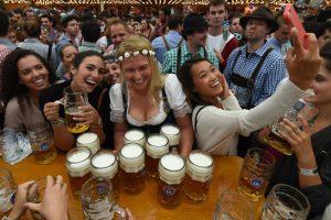 El alcalde de la capital bávara, Dieter Reiter, inauguró a las 12H00 (10H00 GMT) la 183º edición de la Oktoberfest, la mayor fiesta dedicada a la cerveza del mundo. Foto:Afp. Imagen Por: