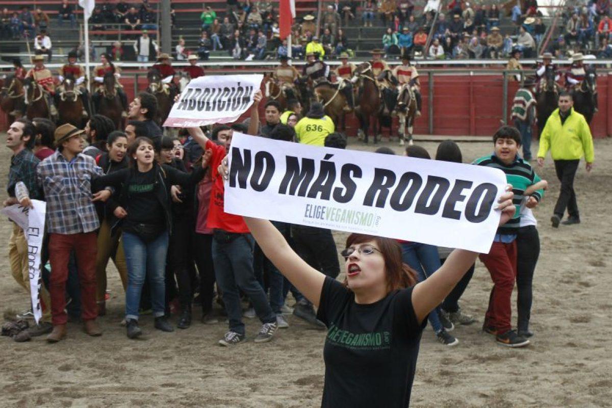 La candidata a concejal por la comuna de Santiago, Ana María Sermeño, se enfrentó con los guardias que cuestionaban la medialuna del Parque Alberto Hurtado para detener el rodeo que se realizaba en el lugar. Foto:Agencia UNO. Imagen Por: