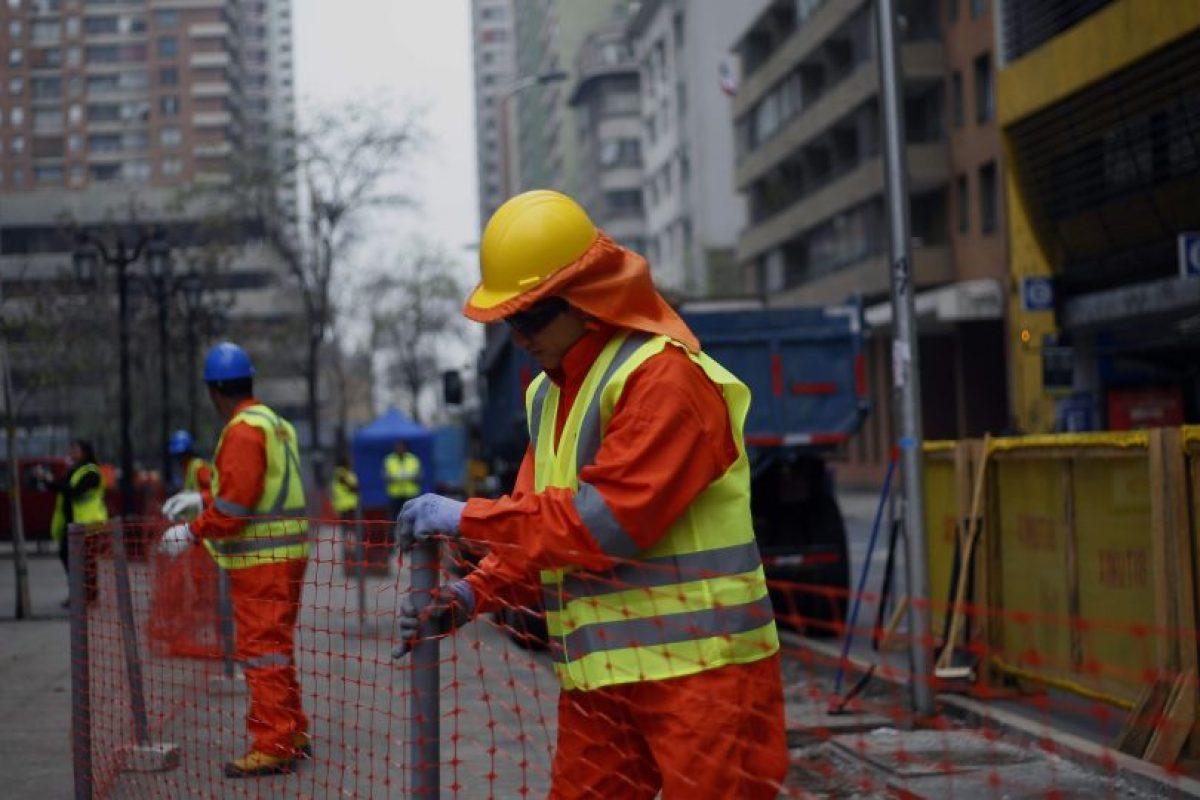 Los trabajos, que ya comenzaron en el caso de Santo Domingo, se extenderán por un poco más de 4 meses entre las calles José Miguel de la Barra y Manuel Rodríguez, convirtiendo el eje en una vía exclusiva para el Transporte Público. Foto:Agencia UNO. Imagen Por: