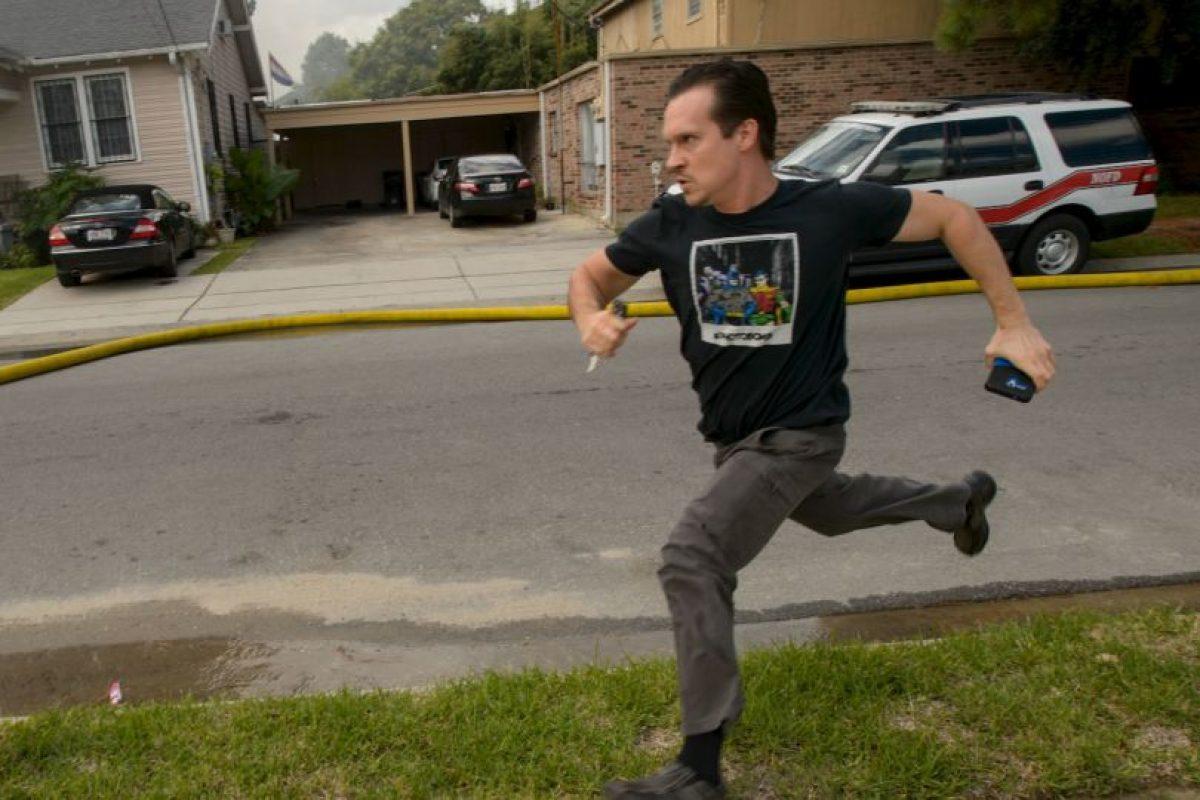 AP Foto:El escritor corrió a salvar sus pertenencias. Imagen Por: