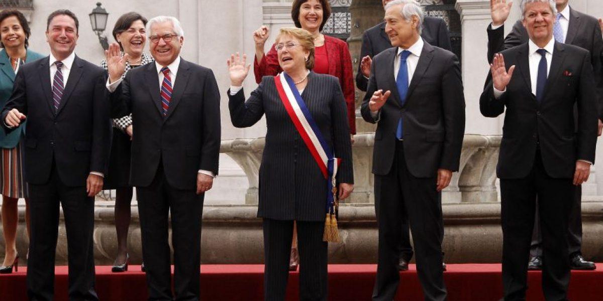 La razón por la que dos ministros faltaron en la foto oficial del gabinete con la Presidenta Bachelet
