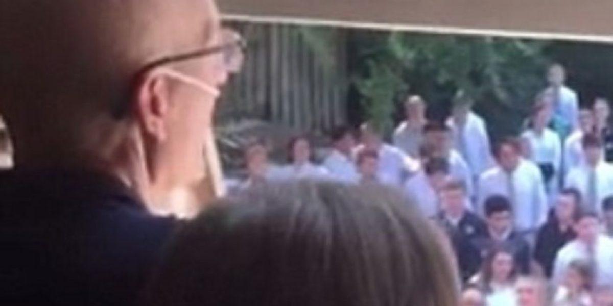Profesor muere días después de que 400 alumnos cantaran frente a su ventana
