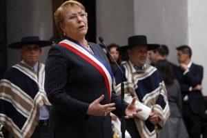 La presidenta Michelle Bachelet encabeza el tradicional esquinazo de 18 de septiembre en el palacio La Moneda. Foto:ATON. Imagen Por: