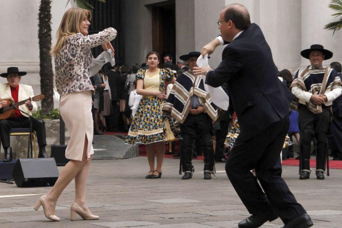 La ministra del trabajo Ximena Rincon baila cueca con el ministro de obras publicas Alberto Undurraga durante el tradicional esquinazo de 18 de septiembre en el palacio La Moneda. Foto:ATON. Imagen Por: