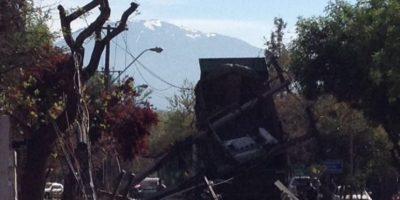 Camión derriba cinco postes y deja sin energía eléctrica a sector de Las Condes