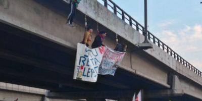 Pobladores interrumpen el tránsito y se cuelgan en rotonda Grecia en demanda por soluciones habitacionales
