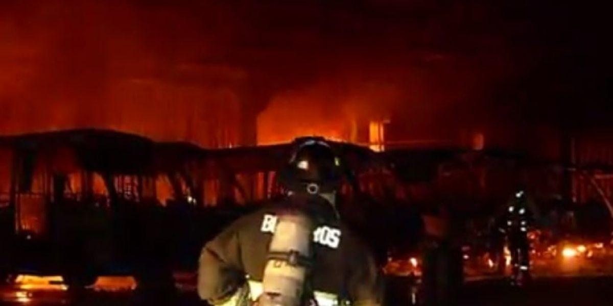 Villa Alemana: incendio destruyó nueve buses de pasajeros y un galpón