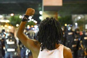 La ciudad se encuentra en estado de emergencia tras la segunda jornada de protestas que dejó a un hombre herido a bala. Foto:Efe. Imagen Por: