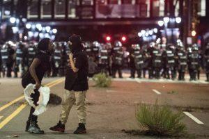 La ciudad se encuentra en estado de emergencia tras la segunda jornada de protestas que dejó a un hombre herido a bala. Foto:Afp. Imagen Por: