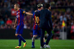 Andrés Iniesta tuvo que consolar a su lastimado compañero. Foto:Getty Images. Imagen Por: