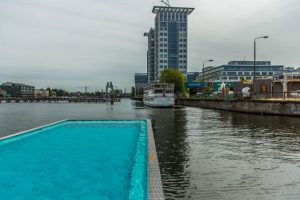 Badeschiff, Alemania. Es una piscina pública que flota en el río Spree, a un costado de Estadio Arena. Surgió como una opción ante la contaminación de las aguas del rio Spree, que impiden el nado. Esta abierta en verano entre las 8 y la medianoche y la entrada cuesta 5.50 euros. Foto:Arena Berlin. Imagen Por: