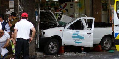 Fuera de riesgo vital quedan dos heridos tras caída de cornisa en pleno Santiago Centro