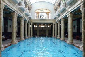 Balneario Gellert, Hungría. Es la joya de uno de los balnearios termales más célebres y atractivos de Europa oriental. No paisajes naturales, si no que una construcción de 1918 que hipnotiza y relaja. Foto:www.disfrutabudapest.com. Imagen Por: