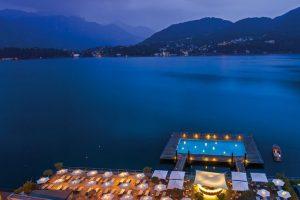 Grand Hotel Tremezzo, Italia. La piscina forma parte de la lujosa infraestructura del hotel de cinco estrellas. Una elegancia acorde del torno que ofrece el Lago Como, uno de los lugares más bello de Europa. Para tener acceso a este recinto, tienes que estar alojado en el Tremezzo. Foto:Grand Hotel Tremezzo. Imagen Por: