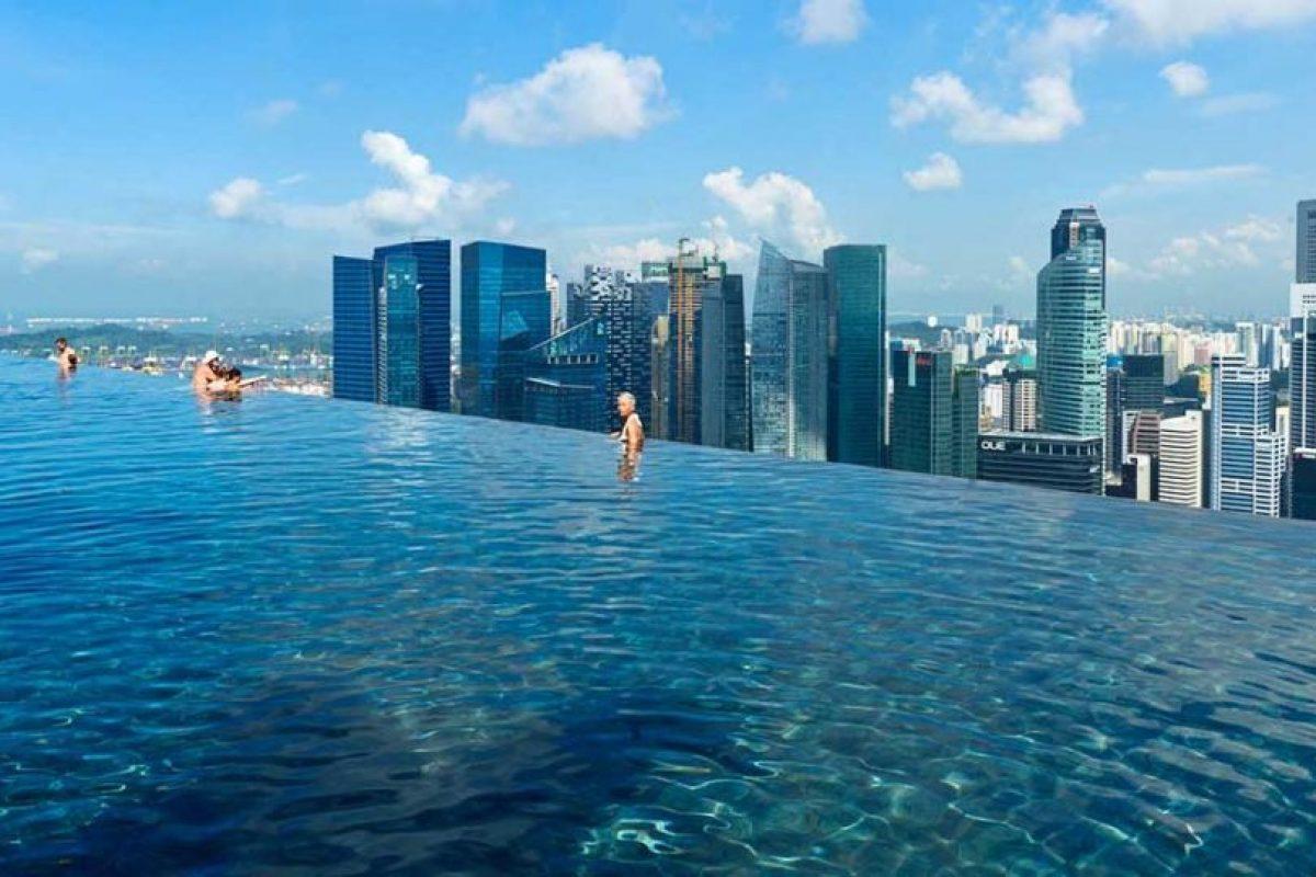 Marina Bay Sands hotel, Singapur. Otra piscina que forma parte de un hotel de lujo. Claro que acá la elegancia del Lago Como, da paso a la sofisticación y modernidad de Singapur, que un recinto que está ubicado en el piso 57 del hotel y que permite una vista inigualable de la ciudad. Foto:Marina Bay Sands hotel. Imagen Por:
