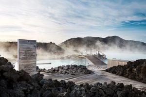 Blue Lagoon, Islandia. Si lo tuyo es el relajo y la naturaleza, esta es la piscina que tienes que visitar. Ubicada en el parte geotermal de Grindavik, usas aguas temperadas contrastan con el frío de la ciudad. Todo esto en medio de una campo de lava, que hace a este recinto uno de los más únicos del planeta. Foto:www.bluelagoon.com. Imagen Por: