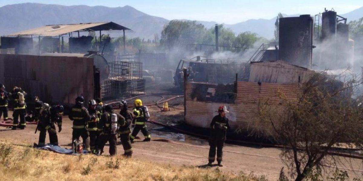 Incendio en fábrica de productos químicos moviliza a Bomberos en Quilicura