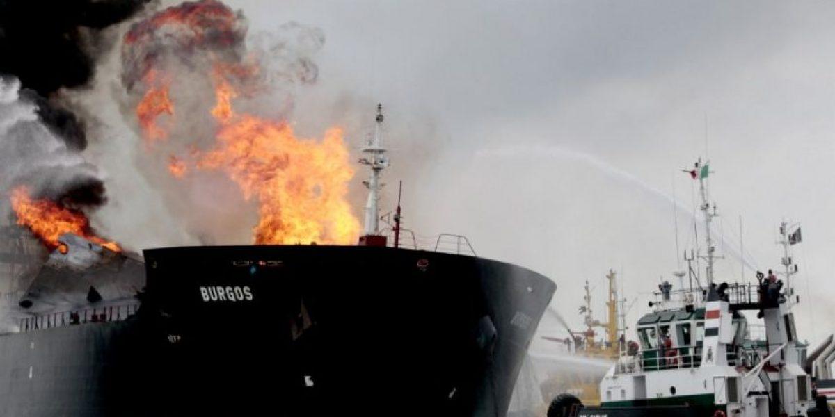 Buque petrolero con miles de barrilles de gasolina lleva 24 horas en llamas en el Golfo de México