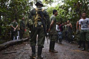 La guerrilla FARC de Colombia, que este lunes sella un histórico acuerdo de paz con el gobierno, marcó la historia del país en los últimos 52 años, en una lucha fallida por alcanzar el poder por las armas que cambiará a la vía política. Foto:Afp. Imagen Por: