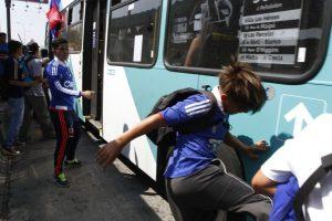 El vocero de los trabajadores de Subus, Boris Guerrero, aseguró que si la Intendencia Metropolitana autoriza los tradicionales banderazos de ambas barras evaluarán no salir a trabajar en dos días. Foto:Aton. Imagen Por: