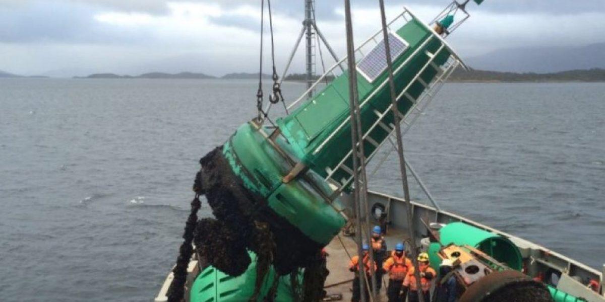 Armada reparó boyas de señalización marítima en transitada ruta comercial de Magallanes