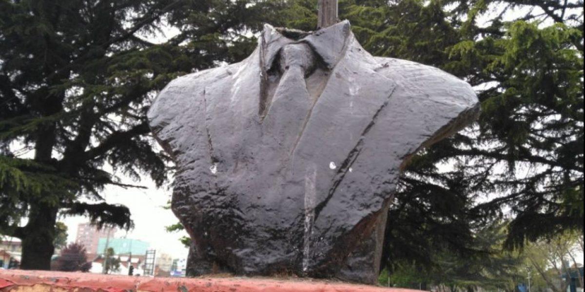 Cortan la cabeza del monumento a Jaime Guzmán en Los Ángeles