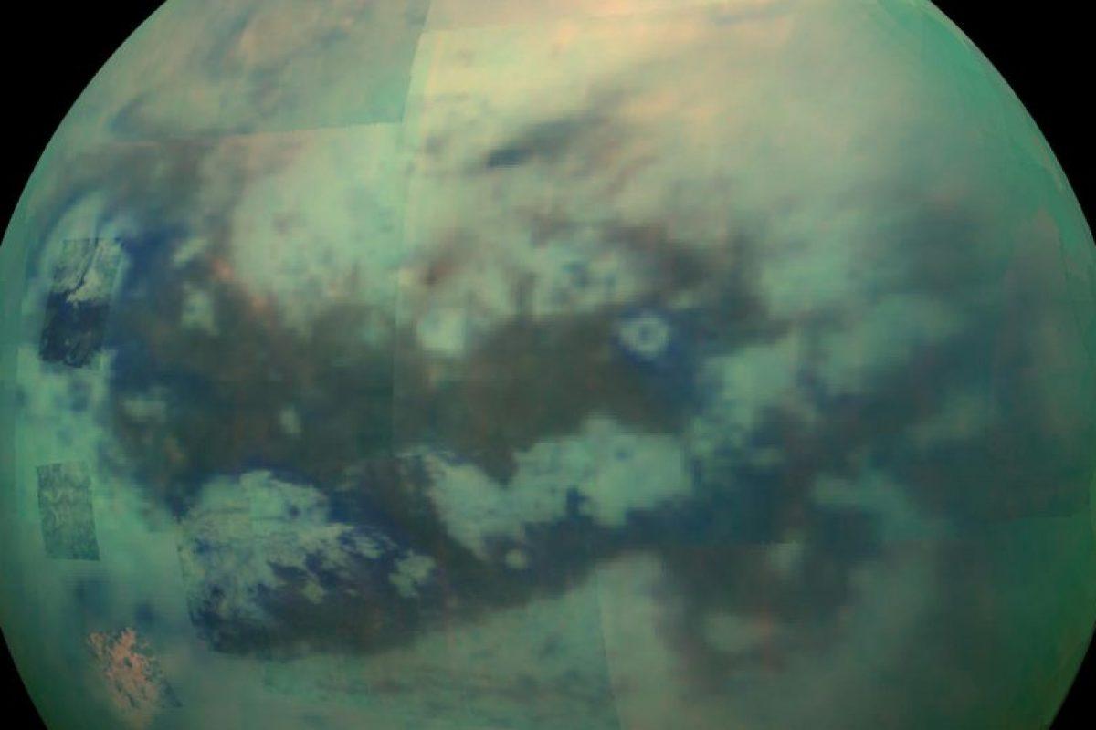 Titán, la luna de Saturno. Se cree que Titán tiene un océano de subsuelo salado – tan salado como el Mar Muerto en la Tierra – comenzando alrededor de 30 millas (50 km) por debajo de su capa de hielo. También es posible que el océano de Titán sea delgado y se intercale entre capas de hielo, o que sea grueso y se extienda todo el camino hasta el interior rocoso de la luna.. Imagen Por: