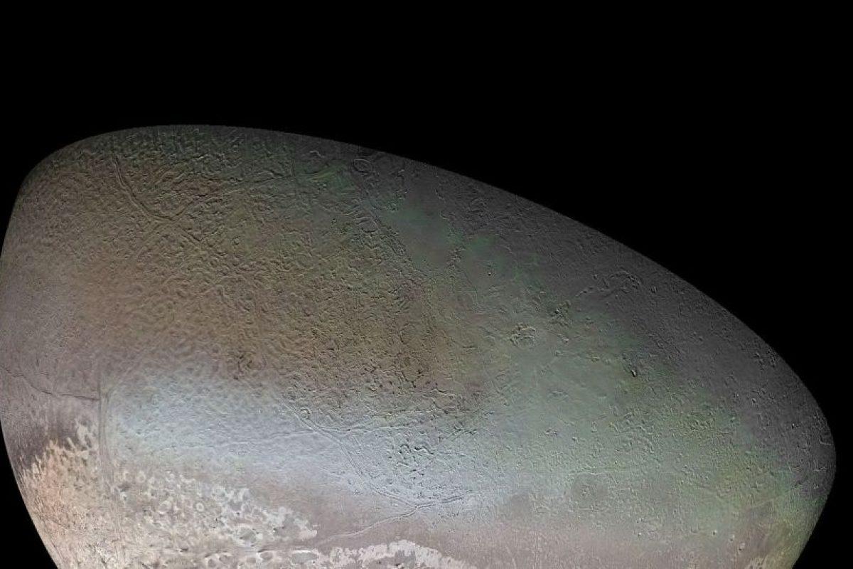 Tritón, luna de Neptuno. Los géiseres activos en Triton arrojan gas nitrógeno, haciendo de esta luna uno de los mundos activos conocidos en el sistema solar exterior. Las características volcánicas y fracturas marcan su superficie fría y helada, que son probablemente el resultado del calentamiento de marea pasada. Un océano bajo la superficie en Triton se considera posible, pero no se ha confirmado.. Imagen Por: